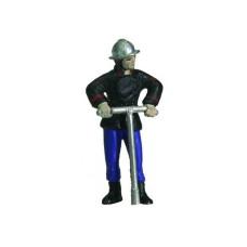 Feuerwehrmann mit Hydranten-Schlüssel